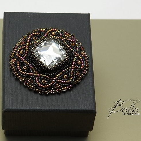 Broche met omkraalde swarovski kristal