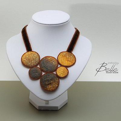 Halsketting met ringen in zalmleer