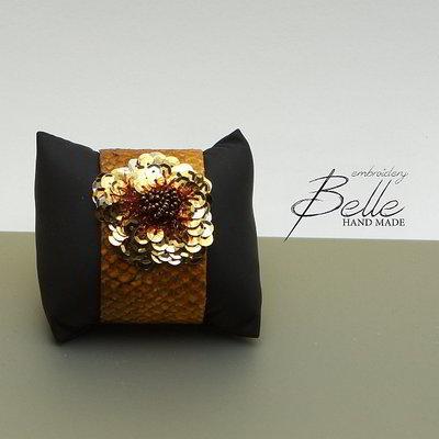 Armband in zalmleer met bloem in pailletten