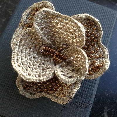 Broche met kralen verwerkt in naaldkant